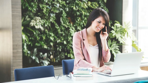 Looking Good At Work: An Essential Guide For The Modern Career Woman
