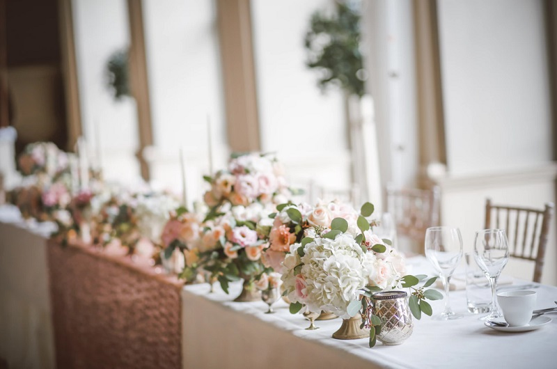 Beautifully Set Wedding Table with Flowers in peach and White. - Wedding Day from a Fairytale – Wake Up Stress-Free and Prepare Everything in Advance
