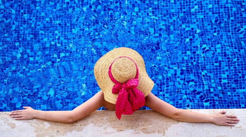 Woman in Straw had in swimming pool
