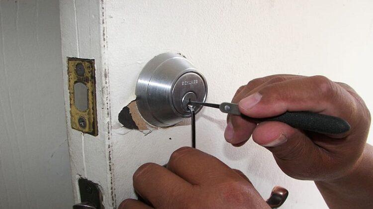 ocksmith picking door lock