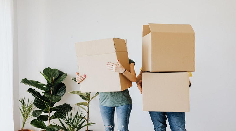 Couple holding packing boxes