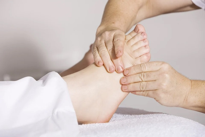 Person getting a foot massage Good Massage Tables from Companies Like Yaheetech: Home and Professional